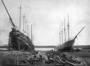 The five-masted schooner Davis Palmer, left, under construction in Bath, Maine. (Courtesy Maine Historical Society and wrecksite.eu)